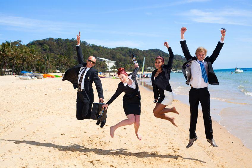 Hommes et femmes d'affaires sur la plage